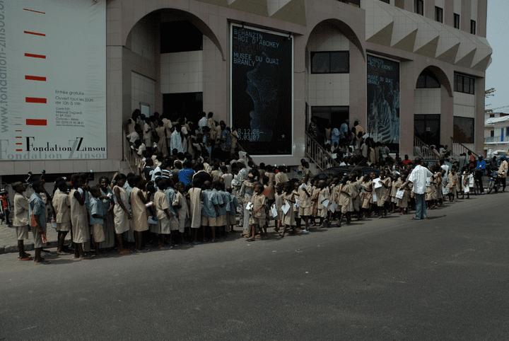 Des écoliers patientent avant de visiter une exposition consacrée au roi Béhanzin du Dahomey à la fondation Zinsou de Cotonou (Bénin),à la fin de l'année 2006. (FONDATION ZINSOU)