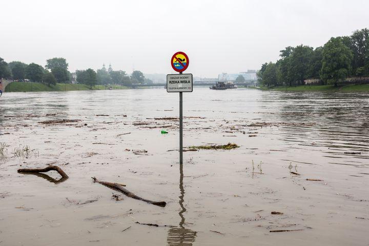 Une artère de Cracovie (Pologne) inondée le 24 mai 2019 après une crue de la Vistule. (DOMINIKA ZARZYCKA / NURPHOTO / AFP)
