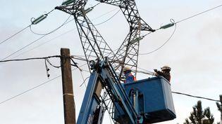 Le 1er mai 2012, 1 000 foyers sont toujours privés d'électricité en Rhône-Alpes et Bourgogne, et 900 en Auvergne, Centre et Limousin. (FRANCOIS LO PRESTI / AFP)