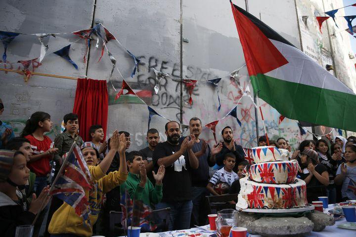 La cérémonie des excuses organisée par Banksy le 1er novembre 2017 à l'occasion des 100 ans de la déclaration Balfour.  (AHMAD GHARABLI / AFP)