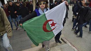 La population algérienne est massivement descendue dans la rue, de façon pacifique et non violente pour protester contre le 5ème mandat du président Bouteflika. (Ryad Kramdi/AFP)
