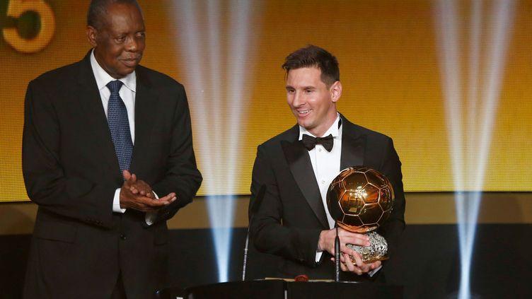 (Le président par intérim Issa Hayatou remet à Lionel Messi son 5e Ballon d'Or. © Arnd Wiegmann/Reuters)