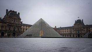 La pyramide du Louvre à Paris, le 22 janvier 2019. (LIONEL BONAVENTURE / AFP)