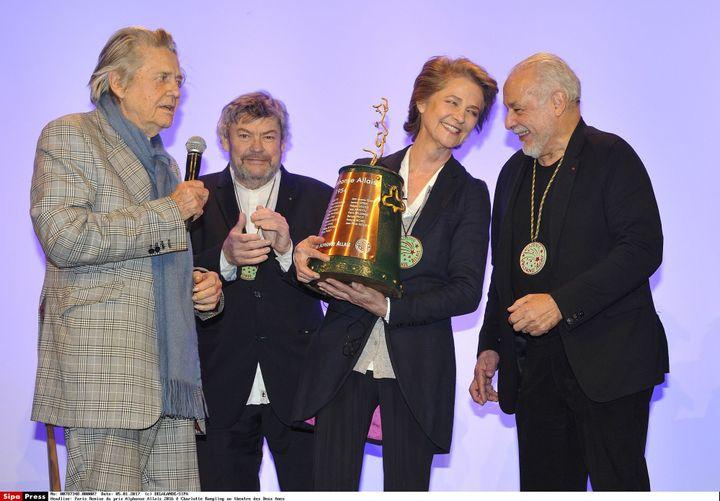 Charlotte Rampling reçoit le prix Alphonse-Allais, en compagnie de l'acteur et réalisateur Jean-Pierre Mocky (à gauche), Alain Casabona au milieu et l'acteur Francis Perrin.  (Delalande / SIPA)