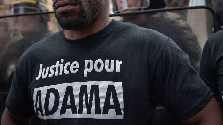 Manifestation à Paris le 30 juillet 2016, après la mort d'Adama Traoré lors de son interpellation dans le Val-d'Oise. (JULIEN MATTIA / NURPHOTO / AFP)