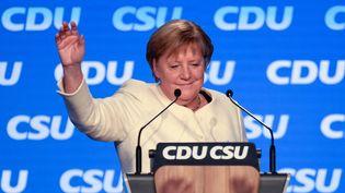 Les élections législatives en Allemagne de ce dimanche 26 septembre : un scrutin indécis, compliqué et inédit. Angela Merkel, le 24 septembre 2021 à Munich. (THOMAS KIENZLE / AFP)