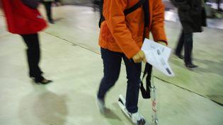 Une personne faisant de la trotinette gare Montparnasse, le 14 novembre 2007. (MAXPPP)