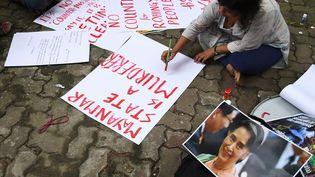 Un militant étudiant indien rédige des banderoles pour protester contre le traitement de la minorité musulmane Rohingya en Birmanie, à Kolkata, en Inde, le 4 septembre 2017. (DIBYANGSHU SARKAR / AFP)