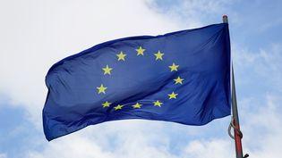 L'agence de notation Standard and Poor's a dégradé d'un cran la note de la dette long terme de l'Union européennne. (LEON NEAL / AFP)
