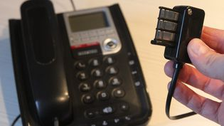 Une prise téléphonique et un téléphone fixe. (MAXPPP)