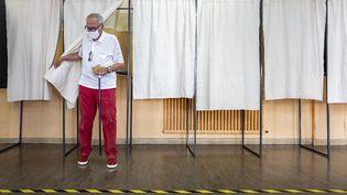 Un homme vote pour les élections municipales à Nice, dans les Alpes-Maritimes, le 28 juin 2020. (ARIE BOTBOL / HANS LUCAS / AFP)