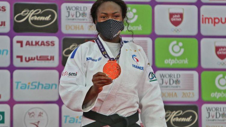 Clarisse Agbegnenou après avoir remporté une nouvelle médaille d'or au Masters de judo à Doha (KARIM JAAFAR / AFP)