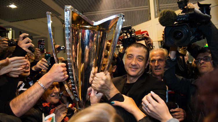 Le président du RC Toulon arrive à l'aéroport de Hyères-Toulon (Var), le 3 mai 2015, quelques heures après le troisième sacre consécutif de champion d'Europe de son club. (BERTRAND LANGLOIS / AFP)