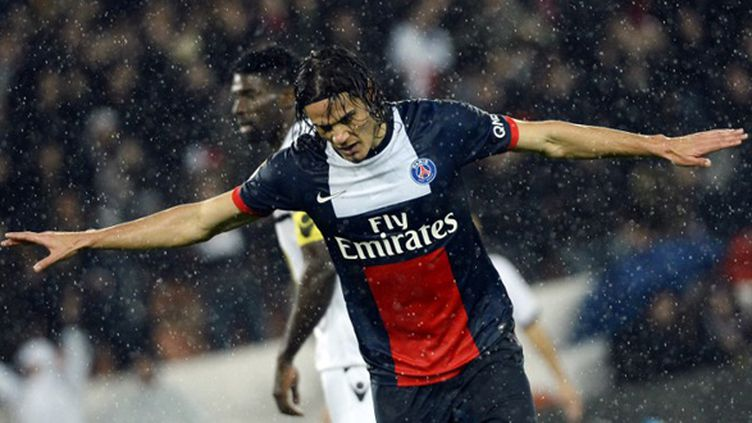 Cavani (PSG) chante sous la pluie (LIONEL BONAVENTURE / AFP)
