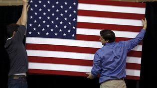 Un drapeau américain est installé à l'occasion d'un déplacement de Ted Cruz, candidat aux primaires républicaines, à Des Moines (Etats-Unis), le 31 janvier 2016. (JIM YOUNG / REUTERS)