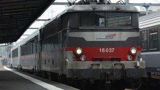 Un train Intercité en gare de Caen, le 7 juin 2007. (MYCHELE DANIAU / AFP)