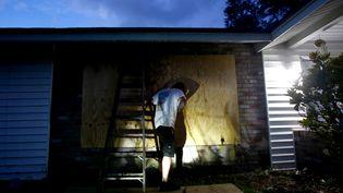Un habitant de Floride (Etats-Unis) prépare, jeudi 7 septembre, sa maison au passage de l'ouragan Irma, prévu pour le week-end. (BRIAN BLANCO / GETTY IMAGES NORTH AMERICA)