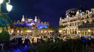 Le casino de Monte-Carlo et l'Hotel de Paris, le 22 décembre 2020. (VALERY HACHE / AFP)