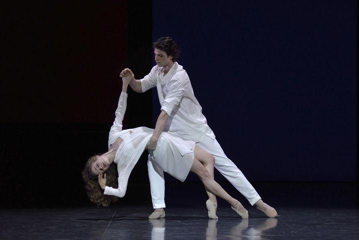 """Léonore Baulac et Florian Magnenet dans """"La nuit s'achève""""  (Benoîte Fanton / Opéra national de Paris)"""