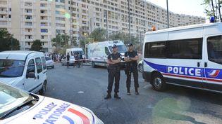 Des policiers à la cité des Lauriers, lors d'une précédente fusillade, le 29 juillet 2012 à Marseille (Bouches-du-Rhône). (ANNE-CHRISTINE POUJOULAT / AFP)