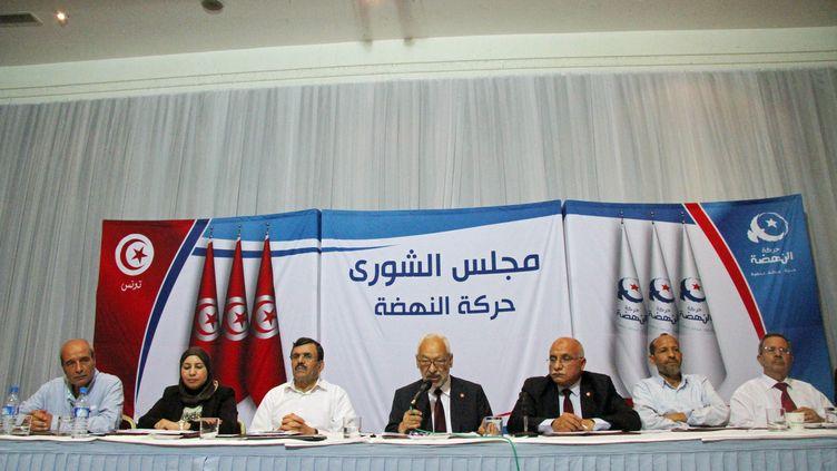 Dirigeants du parti d'inspiration islamiste Ennahdha réunis à Tunis le 19 octobre 2019. Au centre, le leader du parti, Rached Ghannouchi, en train de s'exprimer. (MOHAMED HAMMI/SIPA)