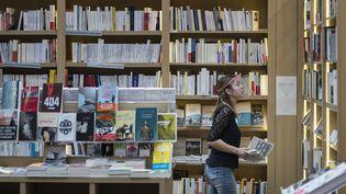 Une vendeuse dans une librairie de Mulhouse, le 11 mai 2020, au premier jour du déconfinement. (SEBASTIEN BOZON / AFP)