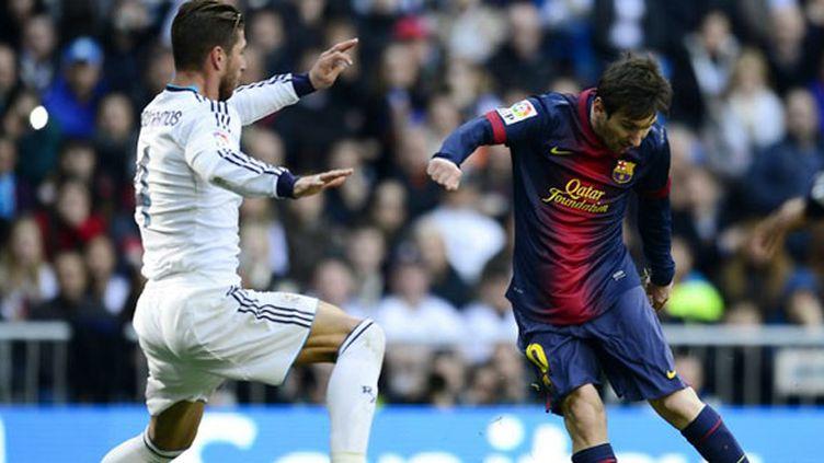 Sergio Ramos (Real Madrid) tente de contrer Lionel Messi (Barcelone) (JAVIER SORIANO / AFP)