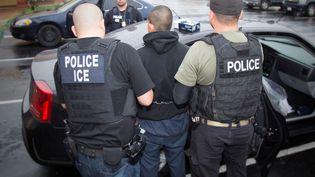 Les services de l'immigration américains emmènent un clandestin, à Los Angeles (Californie), le 7 février 2017. (REUTERS)