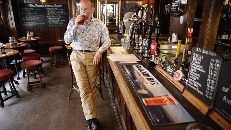 Dans un bar de Londres (Royaume-Uni), le 19 juillet 2021. (TOLGA AKMEN / AFP)