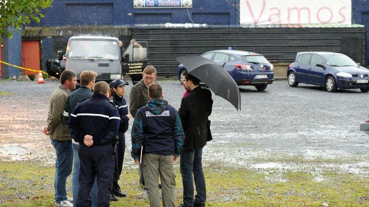 Les gendarmes enquêtent sur les lieux de la fusillade, dimanche 8 juillet 2012 à Berty (Nord). (DENIS CHARLET / AFP)