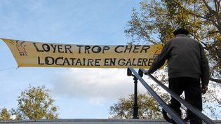 Une bannière brandie par l'association Droit au logement place de la République à Paris, le 31 octobre 2013. (CITIZENSIDE/PATRICE PIERROT / CITIZENSIDE.COM)