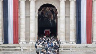 Des gens font la queue pourse recueillir sur le cercueil de Jacques Chirac, aux Invalides, le 29 septembre 2019. (PHILIPPE LOPEZ / AFP)