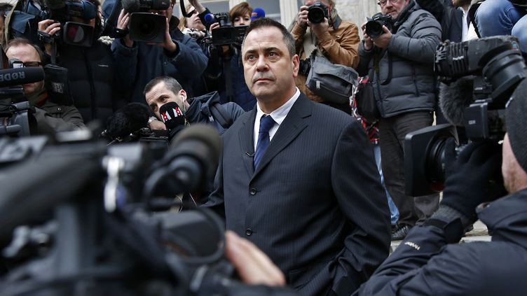 Le Britannique Rob Lawrie se tient sur les marches du palais de justice de Boulogne-sur-Mer (Pas-de-Calais), le 14 janvier 2016. (BENOIT TESSIER / REUTERS)