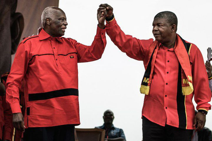 Jose Eduardo dos Santos et Joao Lourenço lors d'un meeting électoral à Luanda le 19 août 2017, durant la campagne présidentielle. (MARCO LONGARI / AFP)