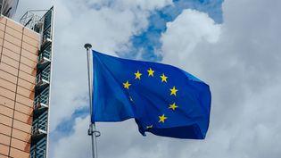 Le drapeau européen flotte devant la Commission européenne, à Bruxelles, en Belgique, le 7 juillet 2020. (ZHANG CHENG / NTB SCANPIX MAG / AFP)