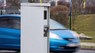 Radar de contrôle de vitesse sur une route. Les assistants de conduite les signalentà leurs utilsateurs. (GETTY IMAGES)