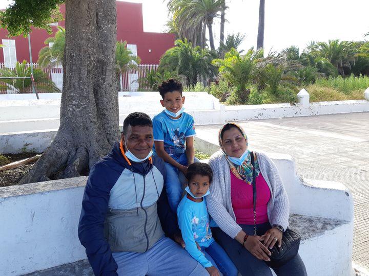 Bilal et sa famille dans un square proche du centre d'accueil de Tafira à Las Palmas où ils sont hébergés, en avril 2021. (JÉRÔME JADOT / RADIO FRANCE)
