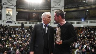 Le réalisateur français Xavier Legrand (D) s'entetient avec le producteur et président de l'Académie des César Alain Terzian en 2019. (ALAIN JOCARD / AFP)