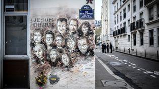 """Les portraits des victimes de l'attentat de """"Charlie Hebdo"""", peints sur une façade de la rue Nicolas-Appert, le 7 janvier 2019. ((STEPHANE DE SAKUTIN / AFP))"""