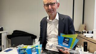 """Eric Carreel, président-fondateur de Withings, dans son bureau d'Issy-les-Moulineaux, avec quelques-uns des trophées """"Innovation Awards"""" du CES gagnés depuis 2015. (BENJAMIN VINCENT / FRANCEINFO)"""