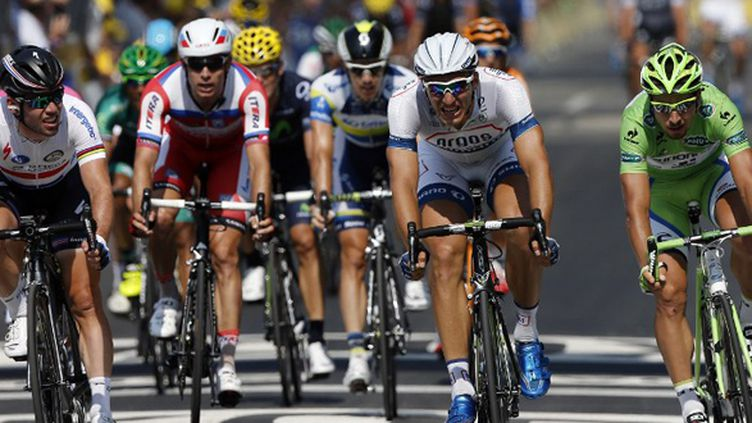 Marcel Kittel, en blanc au centre, a devancé Mark Cavendish (gauche) et Peter Sagan (droite) (JEFF PACHOUD / AFP)