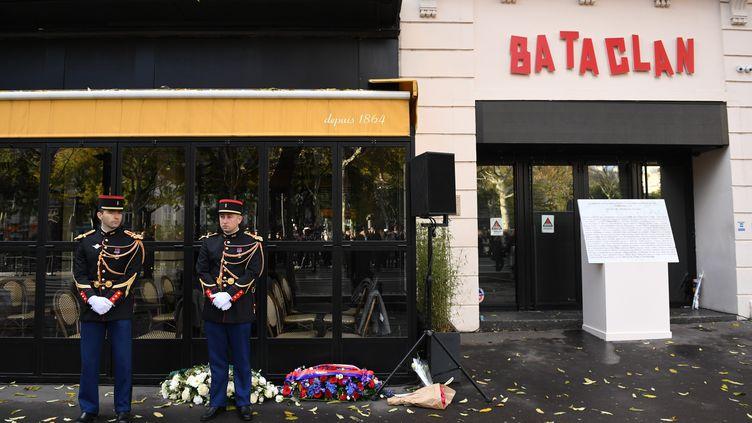 Devant le Bataclan à Paris, lors d'un hommage le 13 novembre 2018. (STEFAN ROUSSEAU / MAXPPP)