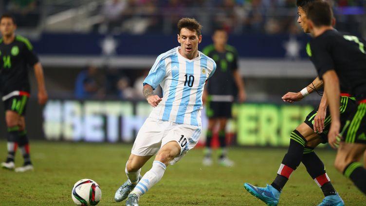 Lionel Messi face à la défense mexicaine (RONALD MARTINEZ / GETTY IMAGES NORTH AMERICA)