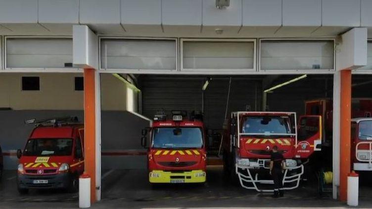 Les équipes du 20 Heures ont suivi le quotidien des pompiers à Nice, dans les Alpes-Maritimes. Ils racontent l'explosion du nombre d'appels, le manque de matériel et le stress de certaines interventions. (FRANCE 2)