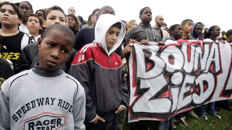 (Un rassemblement en hommage à Zyed et Bouna à Clichy-sous-Bois en 2006. © Reuters)