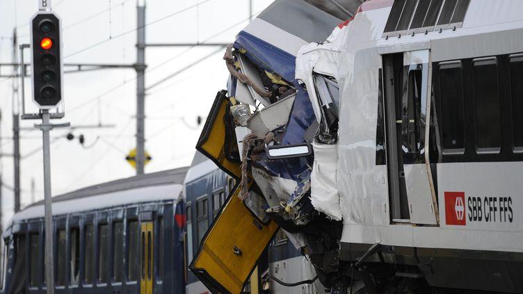 Deux trains régionaux se sont percutés frontalement, le 29 juillet 2013,à Granges-près-Marnand, en Suisse romande. (ALAIN GROSCLAUDE / AFP)
