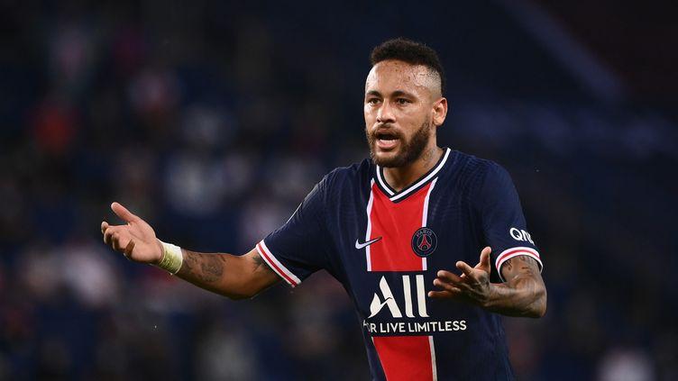 L'attaquant brésilien du PSG Neymar a pris un carton rouge dimanche 13 septembre face à l'OM. Il assureavoir été la cible d'injures racistes. (FRANCK FIFE / AFP)