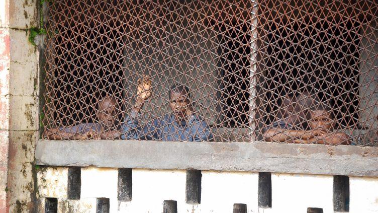 Derrière les barreaux de la prison de Mafanta à Magburaka (nord de la Sierra Leone), le 10 octobre 2018. (SAIDU BAH / AFP)