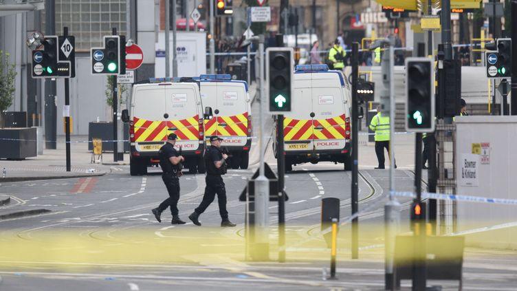 La police patrouilleau lendemain de l'attentat perpétréà Manchester (Royaume-Uni), le 23 mai 2017. (OLI SCARFF / AFP)