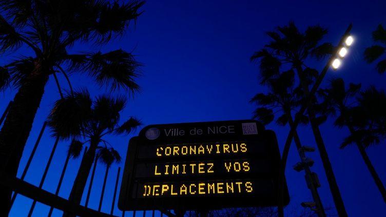 Un panneau municipal affiche un message invitant à respecter les mesures de confinement, le 16 mars 2020 à Nice. (VALERY HACHE / AFP)